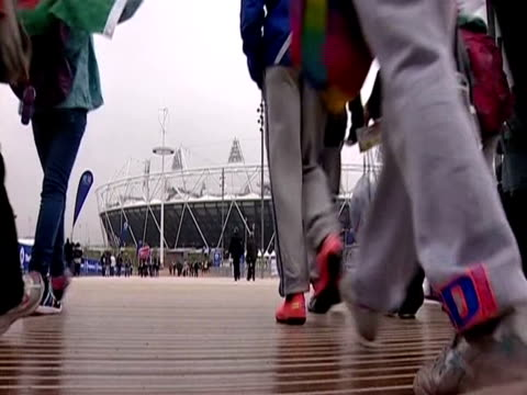 group of children walk to the olympic stadium - ロンドン ストラトフォード点の映像素材/bロール