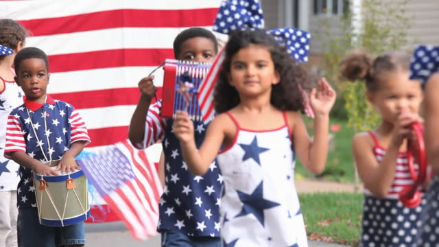 ms group of children (2-7) walking in independence day parade / richmond, virginia, usa. - mixed race person stock videos & royalty-free footage