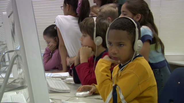 stockvideo's en b-roll-footage met cu, group of children (6-7, 8-9) with female teacher in computer lab - 6 7 jaar