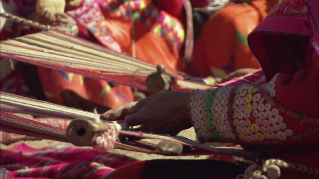 vidéos et rushes de cu r/f group of colorfully dressed peruvian people weaving rugs / cuzco region, peru - tisser