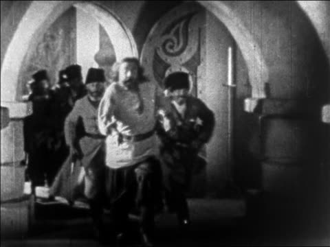 b/w 1925 group of cossack guards hurriedly running down hallway / feature - 少於10秒 個影片檔及 b 捲影像