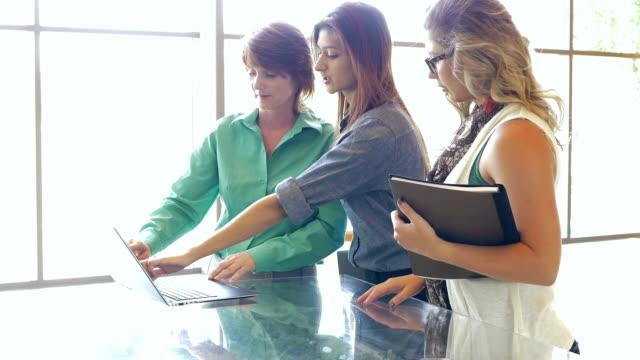 Gruppo di diversi businesswomen'riunione informale in ufficio creativo impostazione
