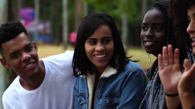 vídeos de stock, filmes e b-roll de grupo de ter diversos divertido no parque - brasileiro pardo