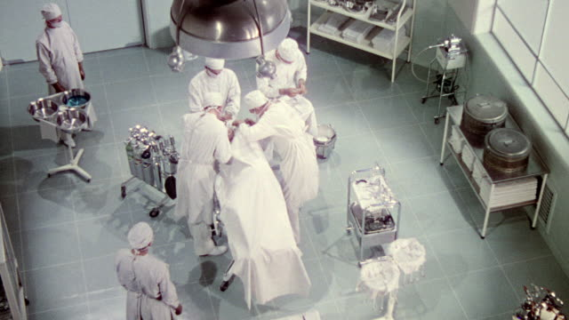 stockvideo's en b-roll-footage met ws group of doctors performing an operation - chirurg