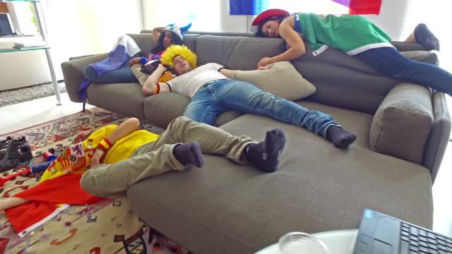 Eine Gruppe von betrunken Fans zu Hause nach Fußball-Event