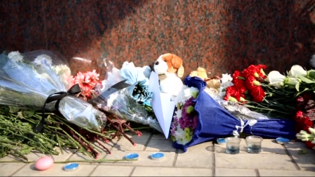a group of egyptian citizens leave flowers and toys for the 217 passengers on kogalymavia flight 9268 who lost their lives after plane crash in sinai... - kogalymavia flug 9268 stock-videos und b-roll-filmmaterial