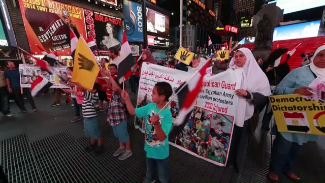a group of egyptian living in new york stage a protest at times square on june 17 after the egyptian court sentenced the former president mohamed... - 脱獄する点の映像素材/bロール