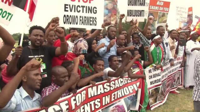 a group of ethiopians stage a demonstration against human rights violence in ethiopia's oromio region on january 18 2016 in front of the pan african... - etiopia video stock e b–roll