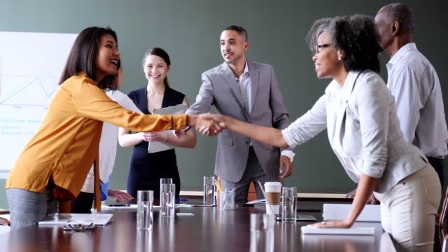 vídeos y material grabado en eventos de stock de grupo de ejecutivos se dan la mano después de una reunión exitosa - mesa negociadora