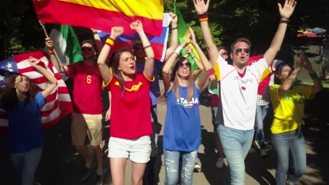 gruppo di tifosi che vanno allo stadio per la partita del campionato internazionale - spanish culture video stock e b–roll
