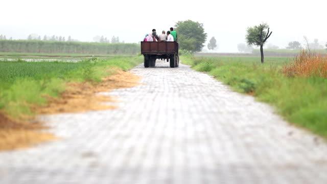 フィールドに行く農家のグループ