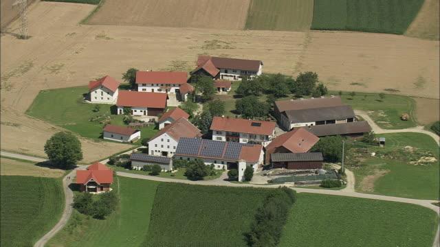 vídeos y material grabado en eventos de stock de aerial group of farmhouses with solar panels on roof, massing, bavaria, germany - escena no urbana