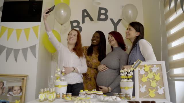 gruppo di amiche prende selfie su bambino doccia evento - party social event video stock e b–roll