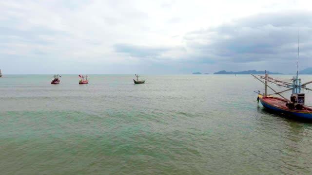 vidéos et rushes de groupe de bateaux de pêche amarré en mer, vidéo aérienne - amérique du sud