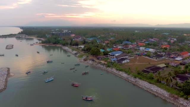 Gruppe von Fischen Boote vor Anker im Meer mit schönen Sonnenlicht, Aerial video