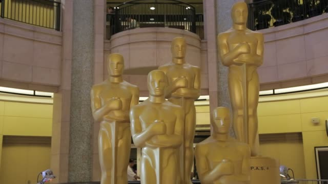 vídeos de stock e filmes b-roll de group of five golden oscar statues inside the dolby theatre at the 85th oscars 2013 academy awards preparations at dolby theatre on february 22, 2013... - the dolby theatre