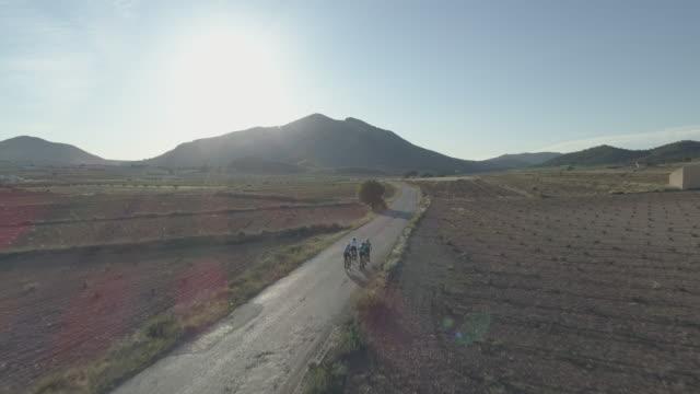 stockvideo's en b-roll-footage met group of four cyclists in the roads near algueña village, alicante province,spain,europe - verschijning