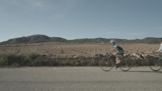 vidéos et rushes de group of four cyclists in the roads near algueña village alicante provincespaineurope - cinématographie