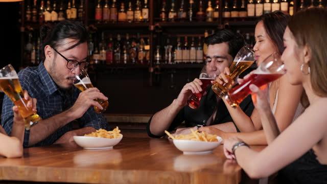vidéos et rushes de groupe d'ami ayant la mini partie ensemble au restaurant. - bar