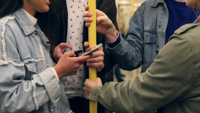 vídeos y material grabado en eventos de stock de grupo de amigos en el tren de metro - hora punta temas