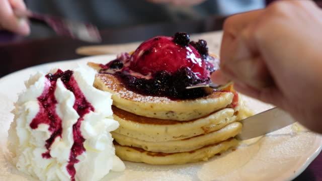 ショットをパン cake.close を食べて友人共有のグループ - パンケーキ点の映像素材/bロール