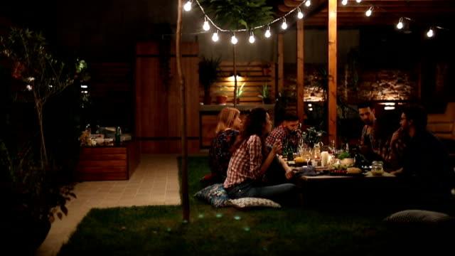 vidéos et rushes de groupe d'amis al dîner en plein air - barbecue jardin