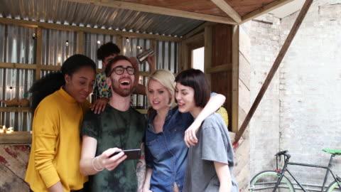 group of friends at a street food bar looking at smartphone - 10 sekunden oder länger stock-videos und b-roll-filmmaterial