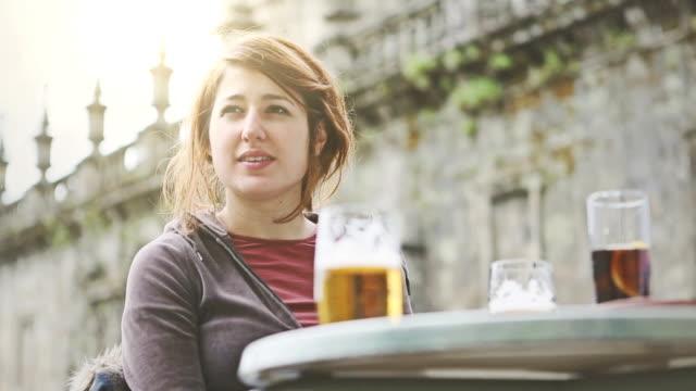 vídeos y material grabado en eventos de stock de grupo de amigos bebiendo cerveza en el bar - coca cola