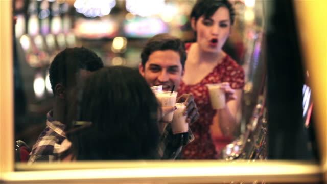 vídeos y material grabado en eventos de stock de group of friends at slot machines cheers their drinks in las vegas casino - máquina con ranura
