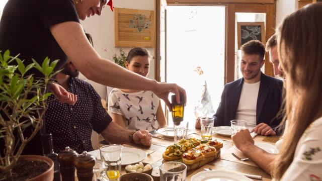 vídeos y material grabado en eventos de stock de ms group of friends being served food in restaurant - modales de mesa