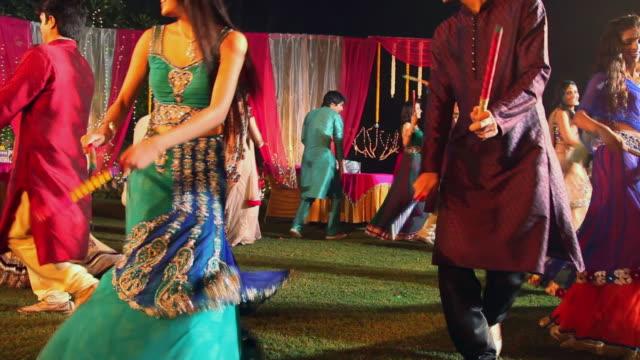 vidéos et rushes de group of friends celebrating dandia festival, delhi, india - vêtement traditionnel