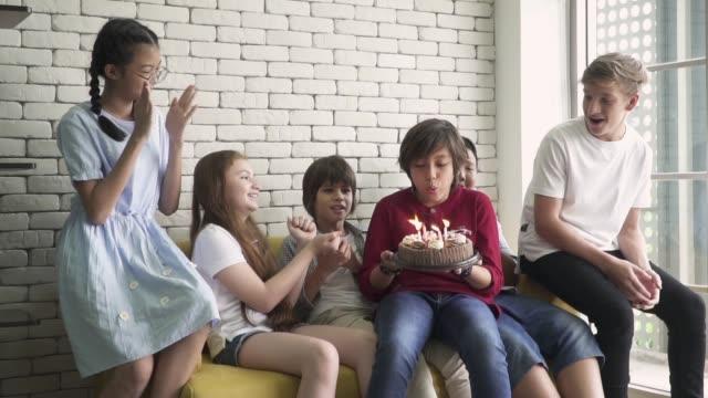 vidéos et rushes de groupe d'amis célébrant l'anniversaire du garçon - jeunes garçons