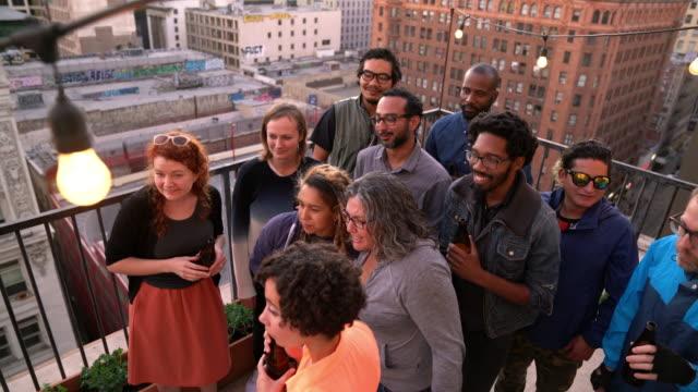 gruppe von freunden feiern, während sie sport anschauen - terrasse grundstück stock-videos und b-roll-filmmaterial