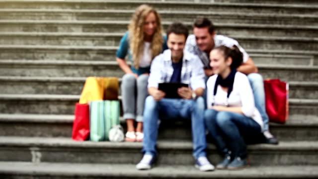 Gruppo di amici di consultare la guida su un tablet pc