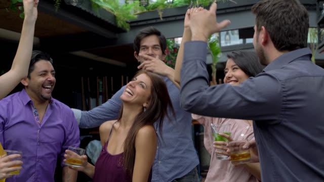 vídeos y material grabado en eventos de stock de grupo de amigos bailando en un bar - américa del sur