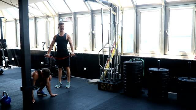 vídeos y material grabado en eventos de stock de grupo de amigos haciendo ejercicio en un gimnasio - entrenamiento sin material
