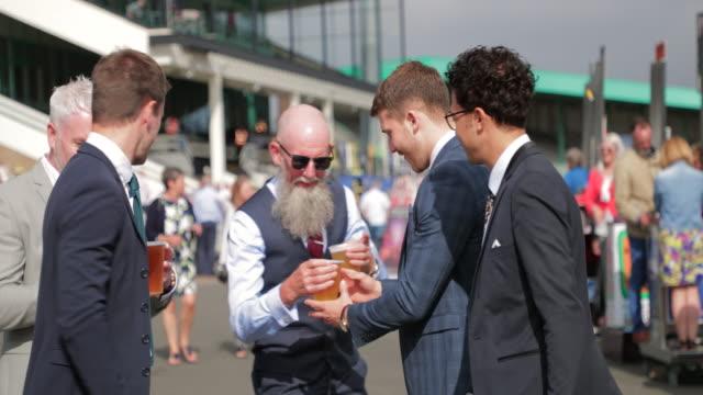 vídeos de stock, filmes e b-roll de grupo de amigos, bebendo cerveja - camisa e gravata