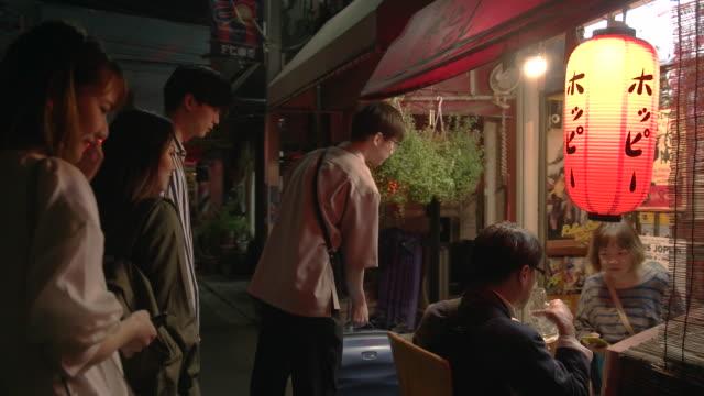 友人のグループは、食べるし、居酒屋で飲みます。 - 居酒屋点の映像素材/bロール