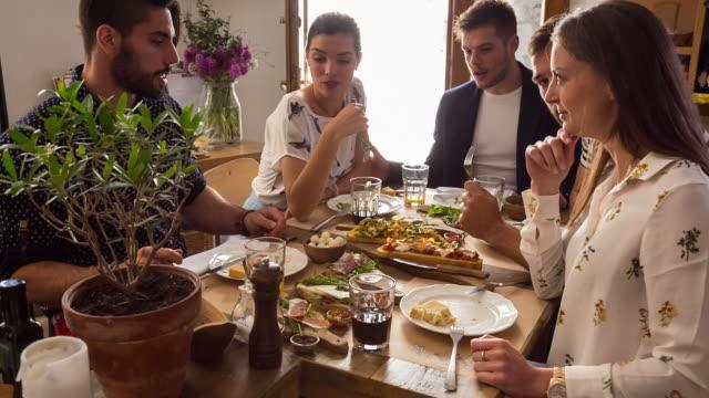 vídeos y material grabado en eventos de stock de ms group of friends eating in restaurant - modales de mesa