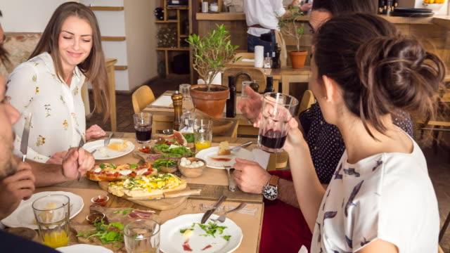 vídeos de stock, filmes e b-roll de ms group of friends eating in restaurant - garfo