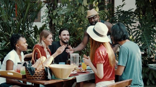gruppe von freunden genießen eine barbecue-party - nachbar stock-videos und b-roll-filmmaterial