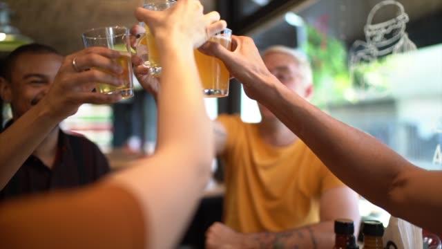 vídeos de stock, filmes e b-roll de grupo de amigos que apreciam bebidas no restaurante - brinde