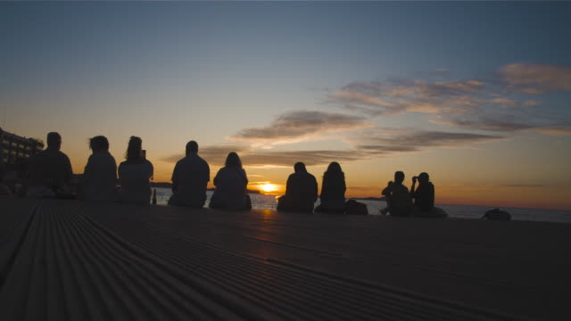 vídeos de stock e filmes b-roll de group of friends enjoying on the sunset - retroiluminado