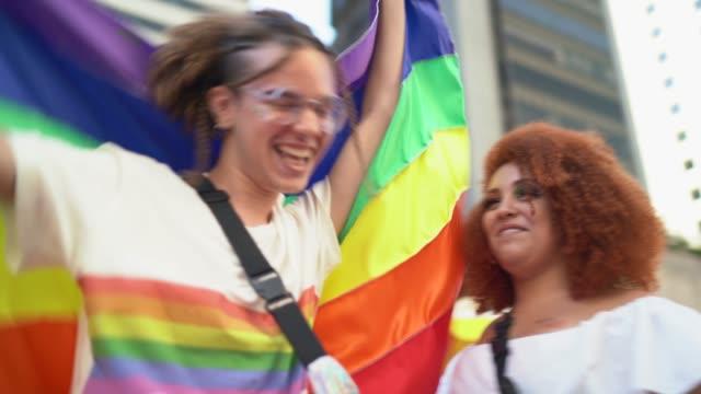 vídeos y material grabado en eventos de stock de grupo de amigos disfrutando del desfile lgbtqi - igualdad