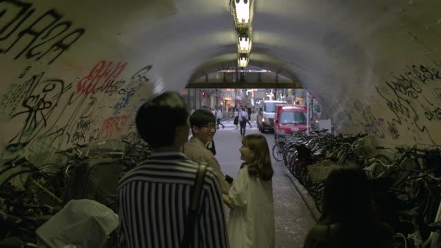 渋谷の路地裏を探求の友人のグループです。 - 居酒屋点の映像素材/bロール