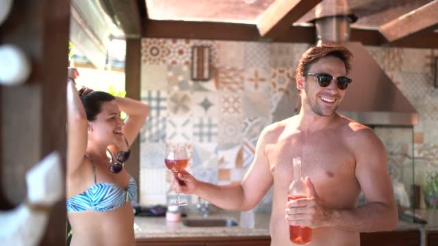 vídeos de stock, filmes e b-roll de grupo de amigos/família que fazem um brinde comemorativo na casa de praia - drink