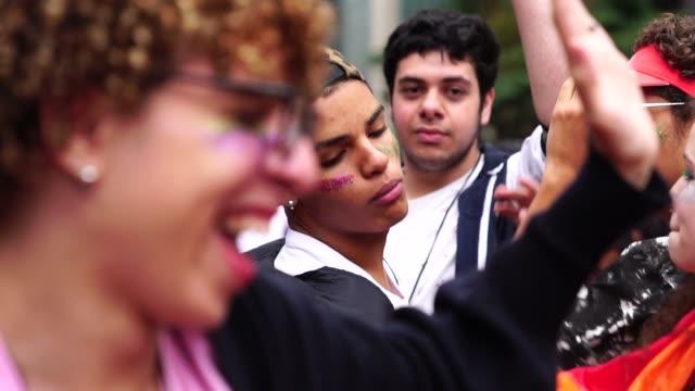 grupp av vänner homofile firar och dans - party social event bildbanksvideor och videomaterial från bakom kulisserna