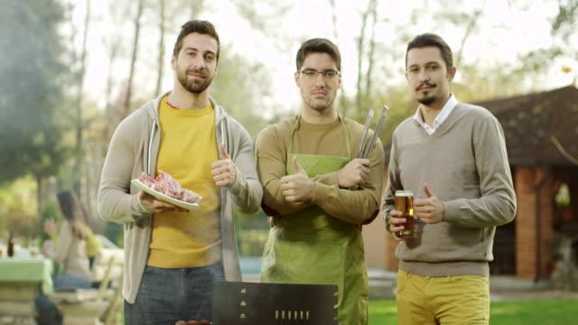 vidéos et rushes de groupe d'amis ayant un barbecue - vie sociale