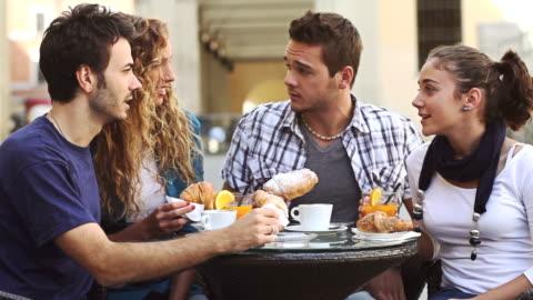 vídeos y material grabado en eventos de stock de grupo de amigos con un desayuno en el bar italiano - desayuno