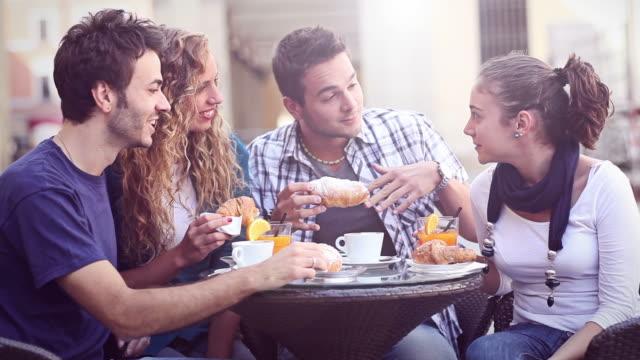 Groupe d'amis ayant un petit déjeuner italien